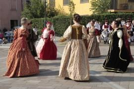 La Compagnia propone danze del 1400 e 1500 sia italiane che europee.