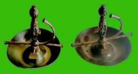 Coppia di portacenere in metallo a forma di elsa (impugnatura) della spada