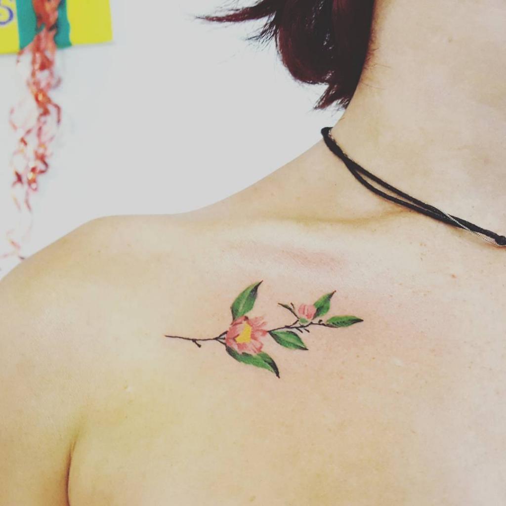 tatuatore offre tatuaggi