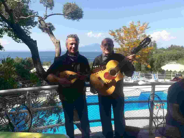 Con chitarra e mandolino serenata alla sposa, la sera prima delle nozze!-€110+sp)