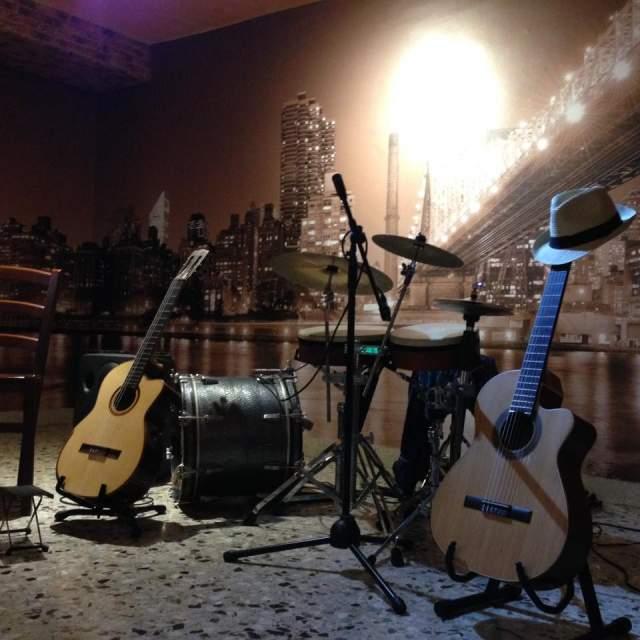 Cerco chitarrista ecclettico x DUO/TRIO