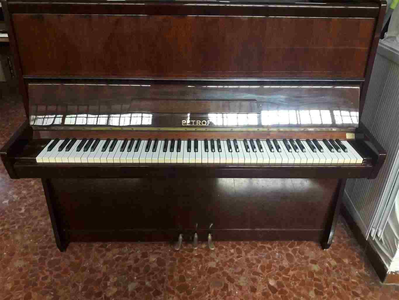 A pianoforte verticale Petrof