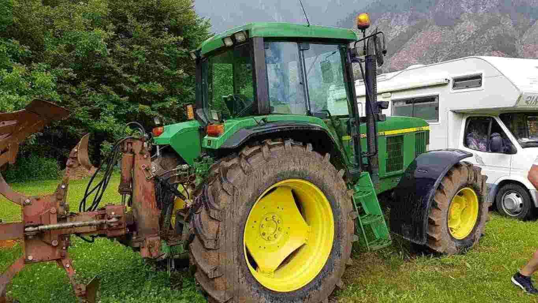 trattore con aratro john deere 6610