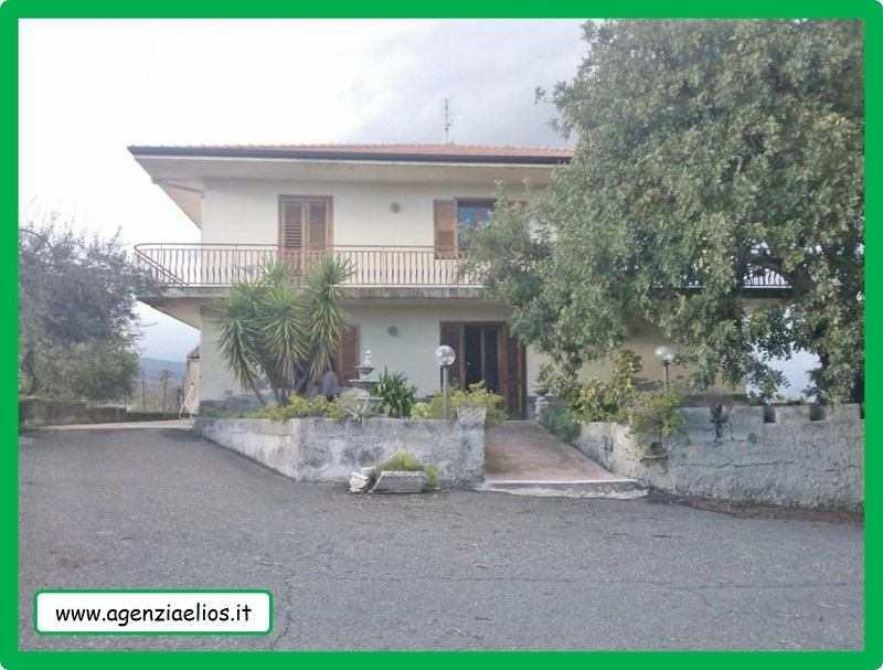 Villa   mq.  300, con Terreno agricolo di mq. 8.000