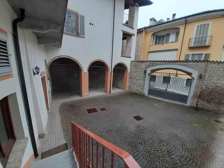 PRIVATO affitta locale € 290 usi laboratorio – magazzino – showroom - studio Via Rosmini centro stor