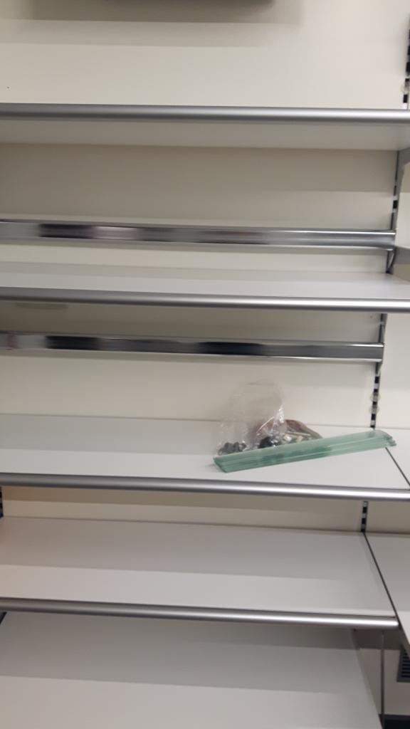vendo arredamento negozio per cessione attivitá