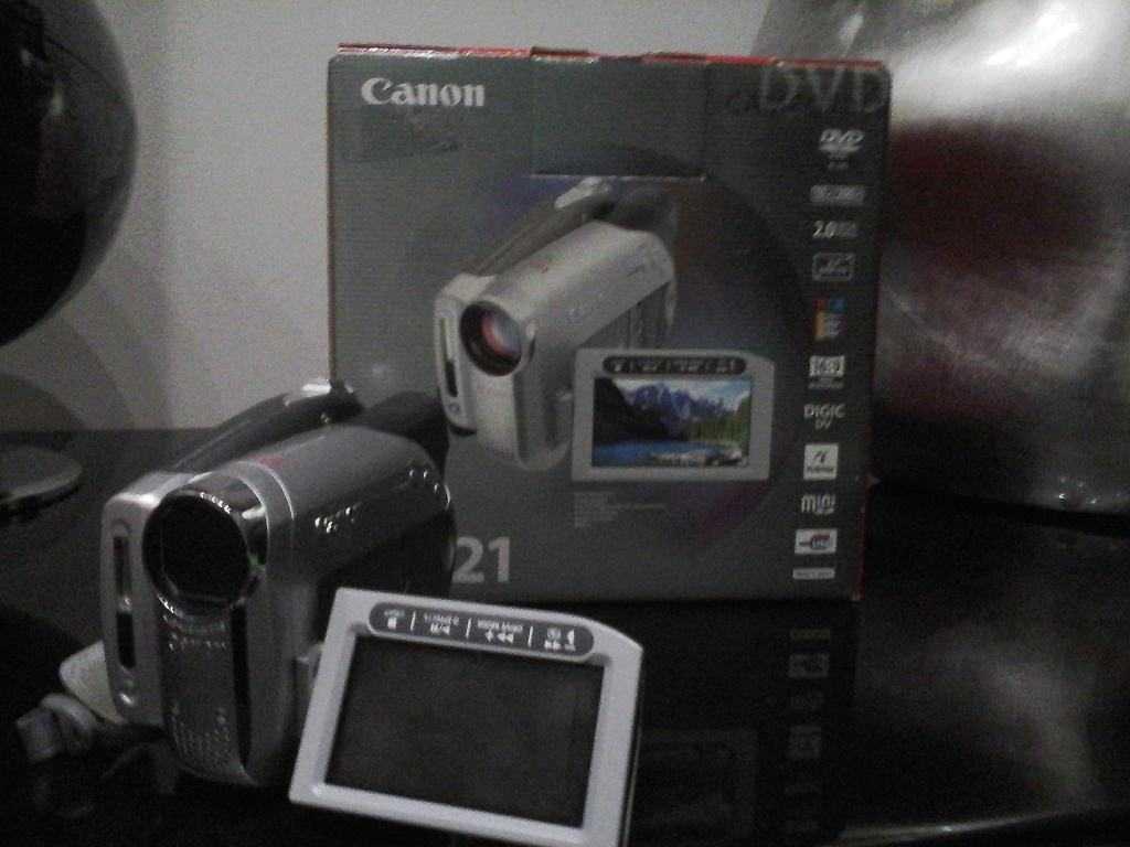 Videocamera canon che reggistra su supporto mini dvd