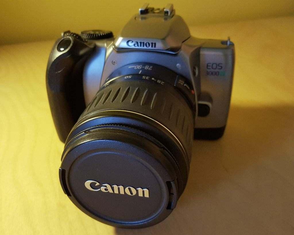 FOTOCAMERA A PELLICOLA 35 mm. CANON EOS 3000V
