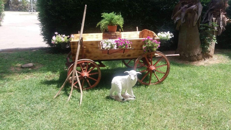 Traino antico per decorazioni da giardino
