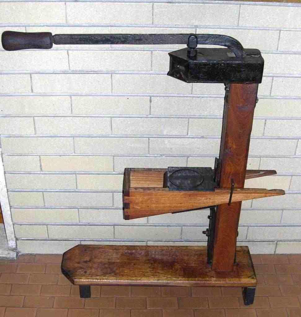 Imbottigliatrice antica in legno, imbottigliatore antico, collezione vino