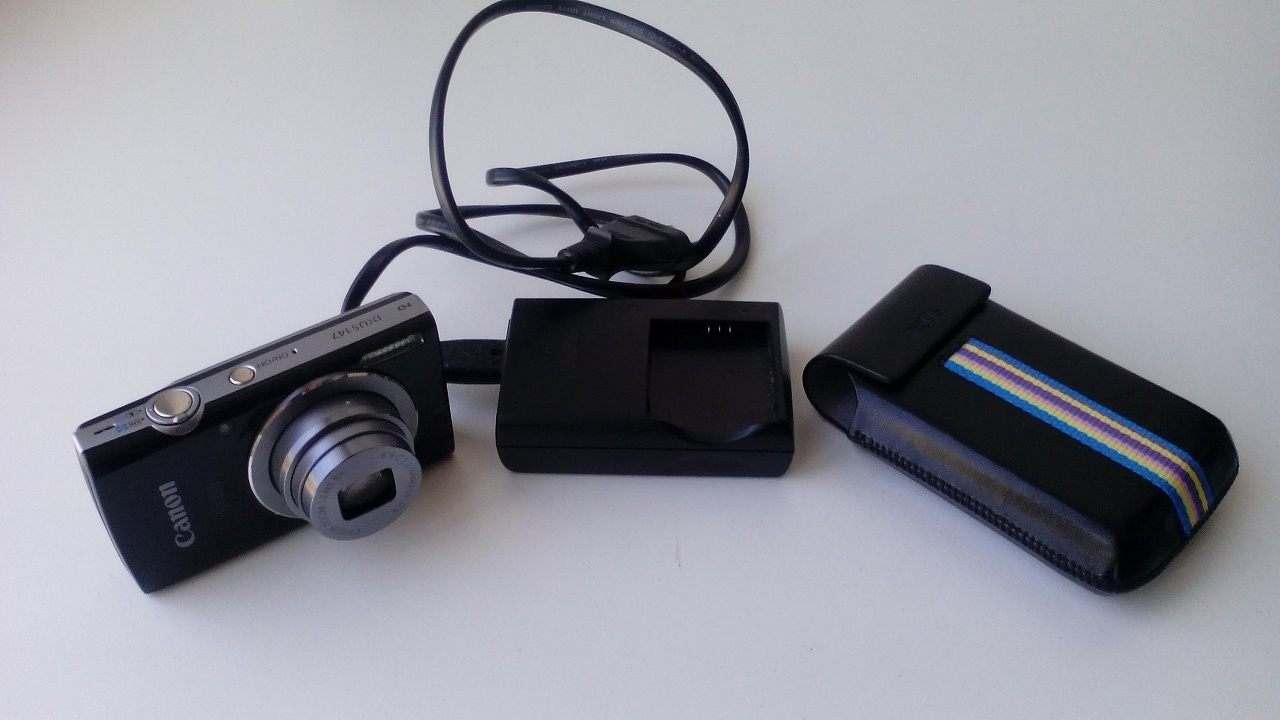 Fotocamera CANON IXUS + carica batteria + custodia
