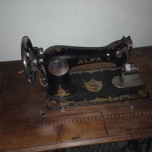 Macchina da cucire d'epoca marca Alfa