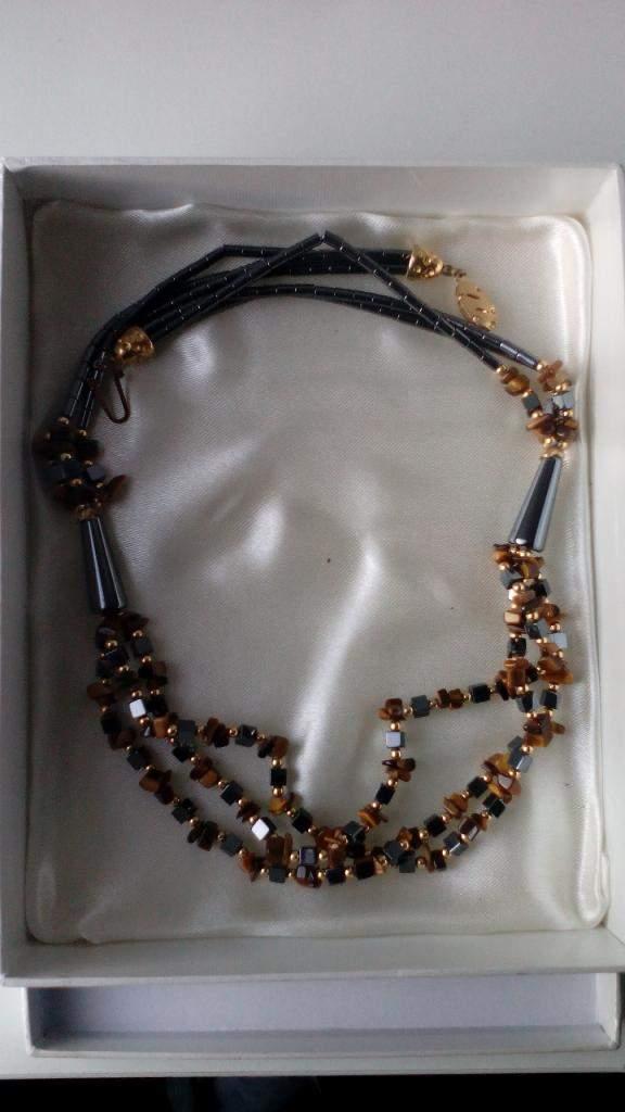 Collana di bigiotteria di pietre e perle dure