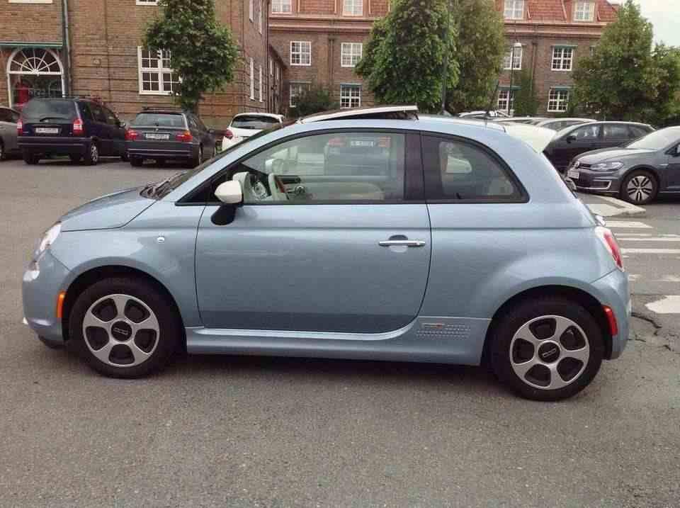 Fiat 500 elettrico completa e chiave a disposizione + molti accessori supplementari.