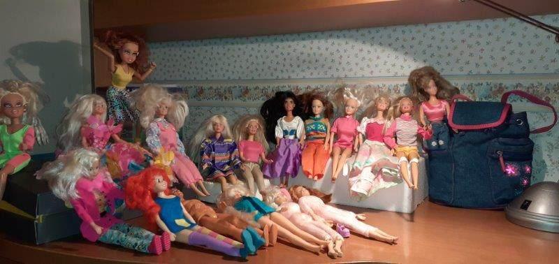 10 Barbie più altre bamboline