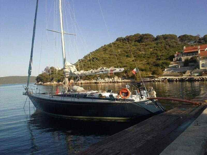 barca a vela nel porto di cattolica