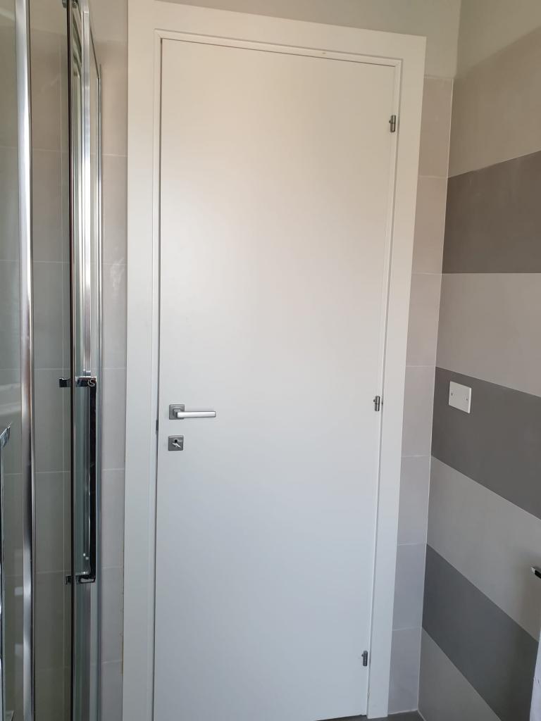 Vendesi n. 6 porte nuove bianche laccate, in legno massello