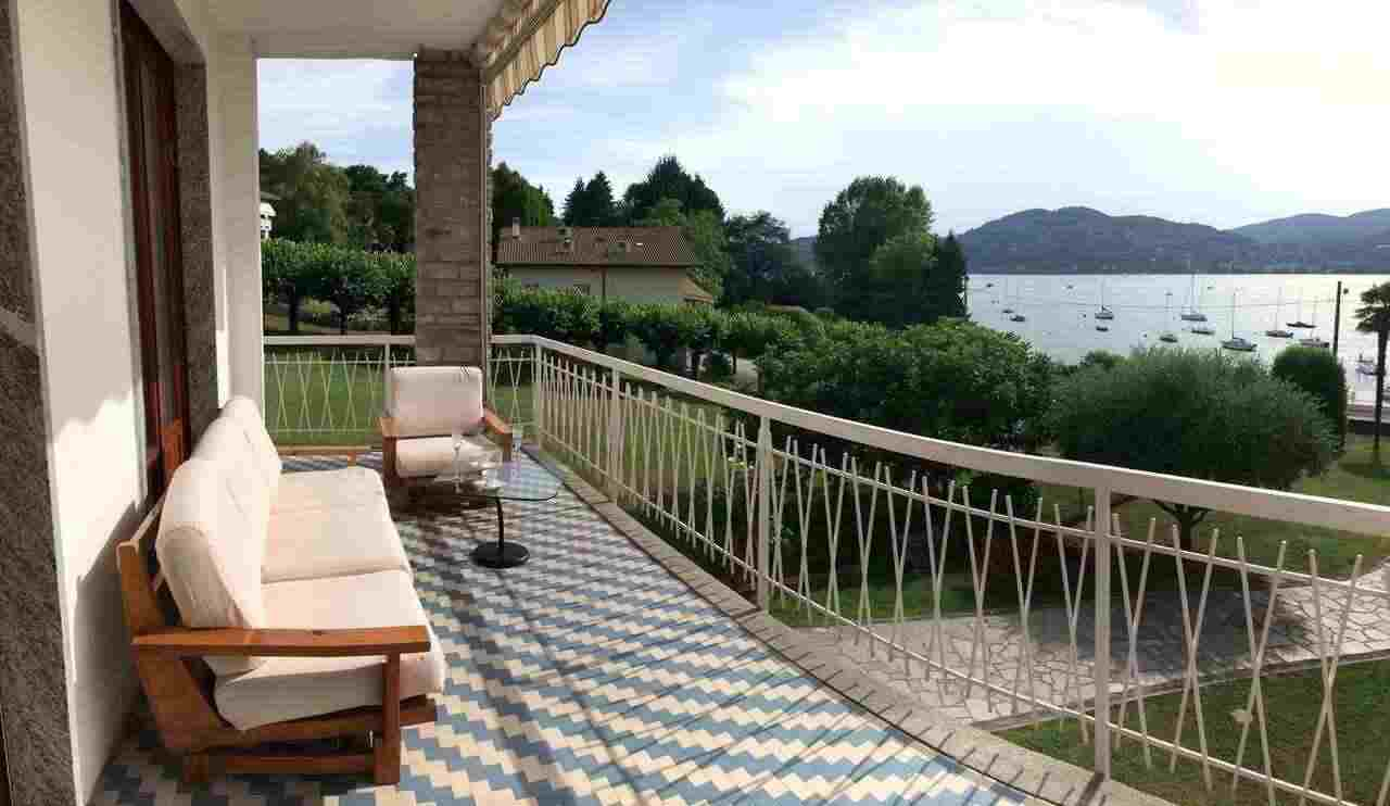 villa lago varese fronte lago con possibilità di affitto darsena, spiaggia privata