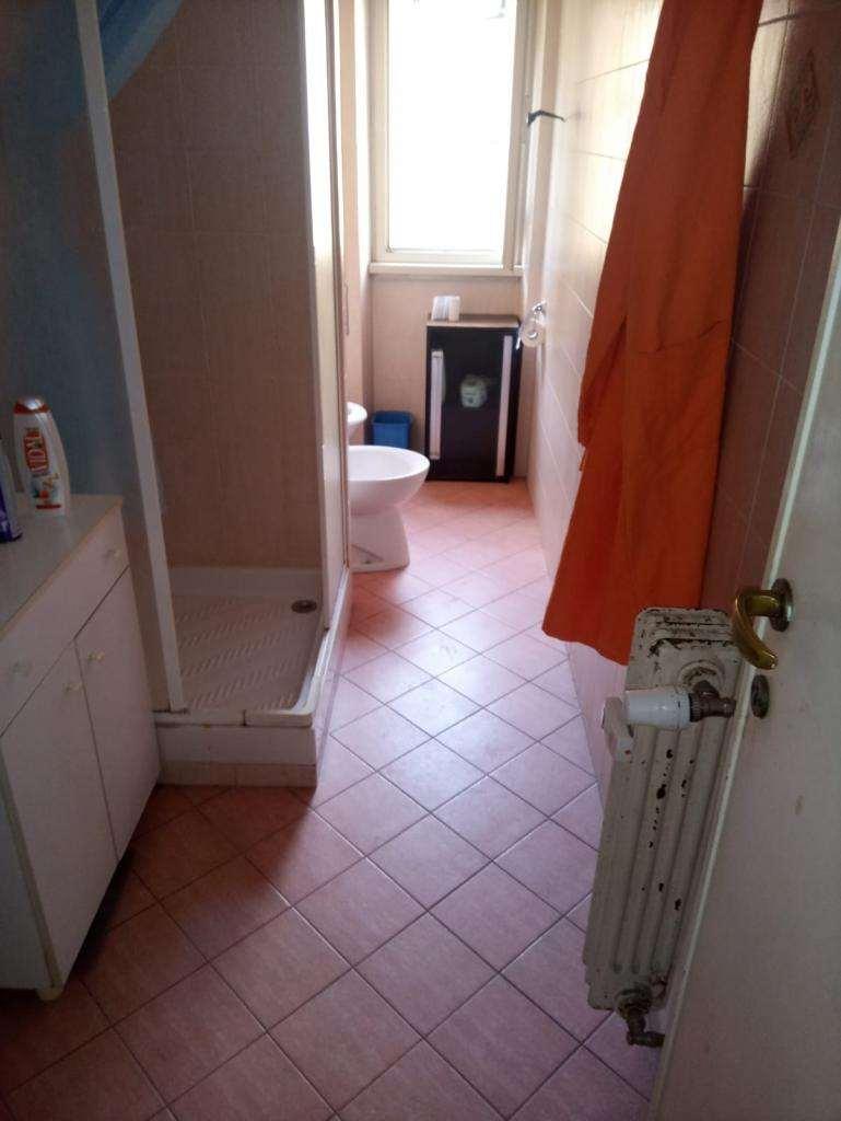 due stanze singole in zona Casal Bertone