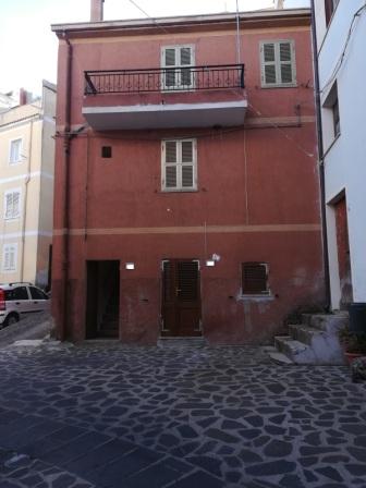 Villanova Monteleone palazzina su 3 livelli in buone condizioni !!!