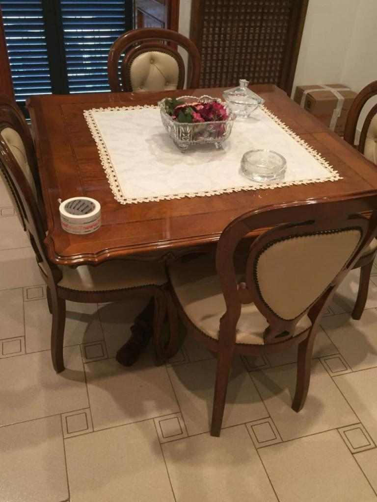 Il tavolo di stile con le 6 sedie