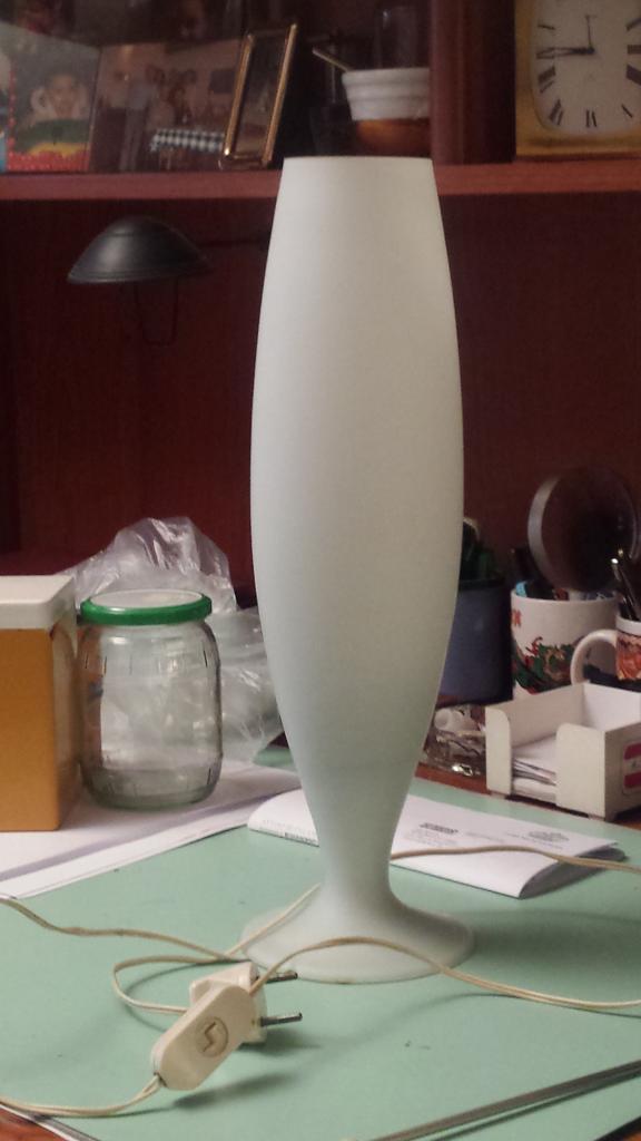 Vintage lampada da tavolo opalina bianca