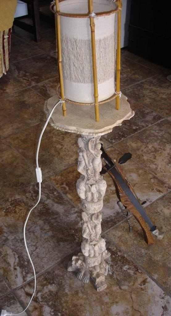 Colonna in marmo,lampada e balestra