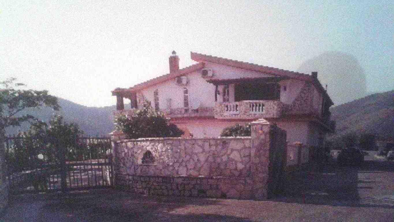 Villa con due appartamenti indipendenti