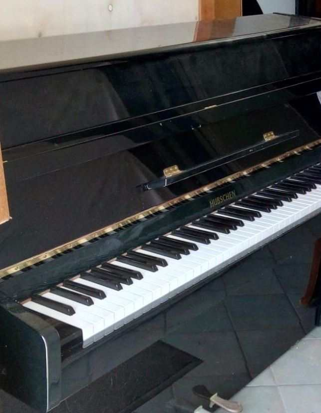 PIANOFORTE VERTICALE , marca HUBSCHEN, colore nero