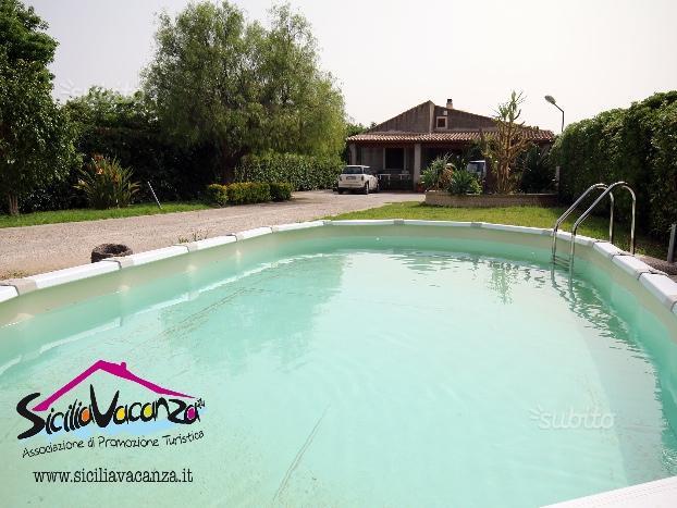 Villa Dora con piscina immersa nel verde della Sicilia