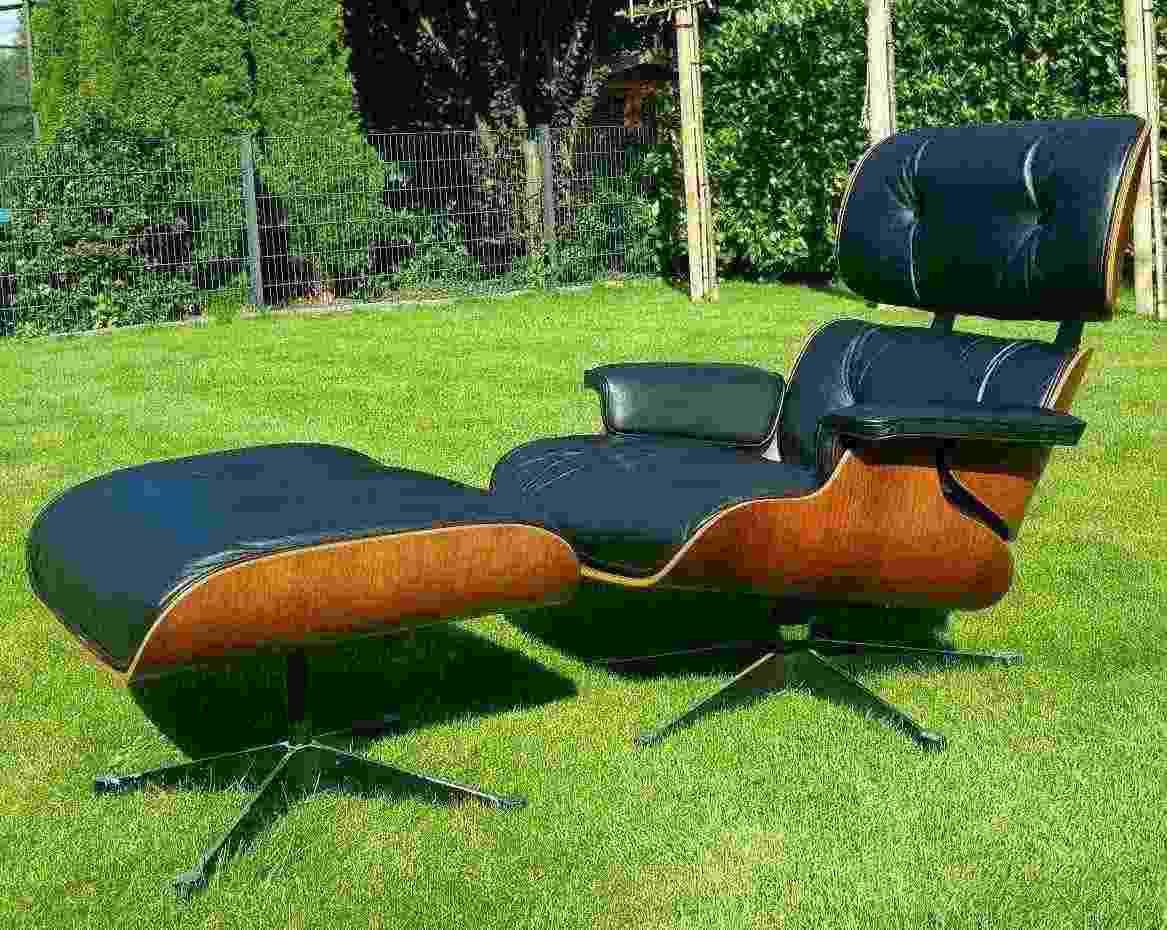 Sedia di salotto originale di Eames con ottomano