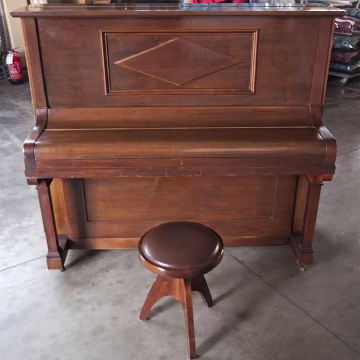Pianoforte verticale moderno, usato