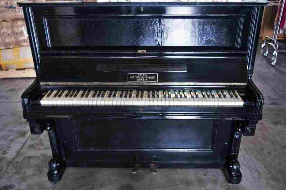 Pianoforte verticale antico, usato