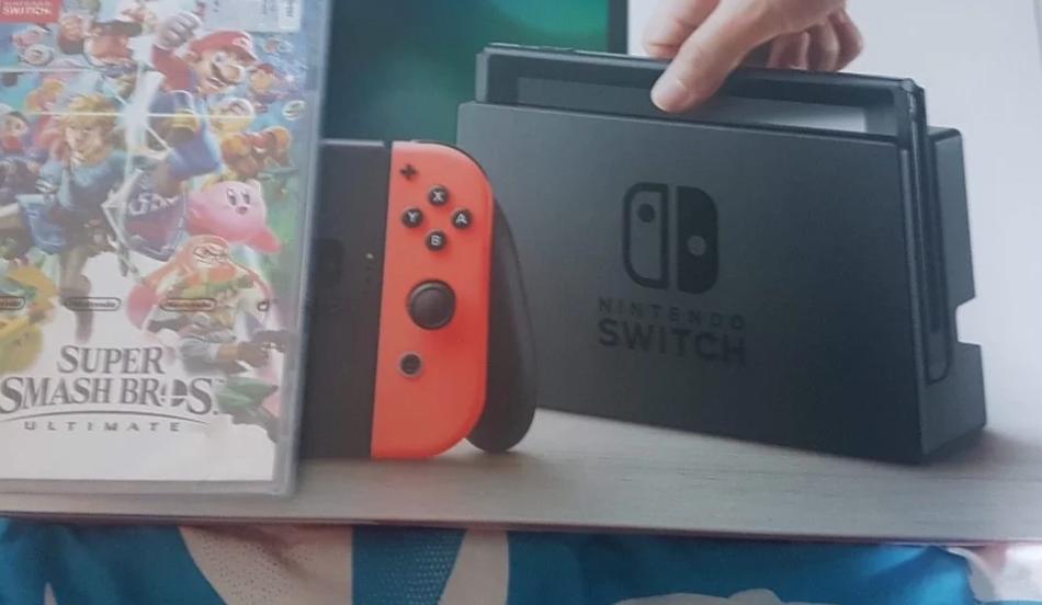 Nintendo switch, colore neon, con due giochi: 1 super Smash bros 2 Zelda breath Prezzo