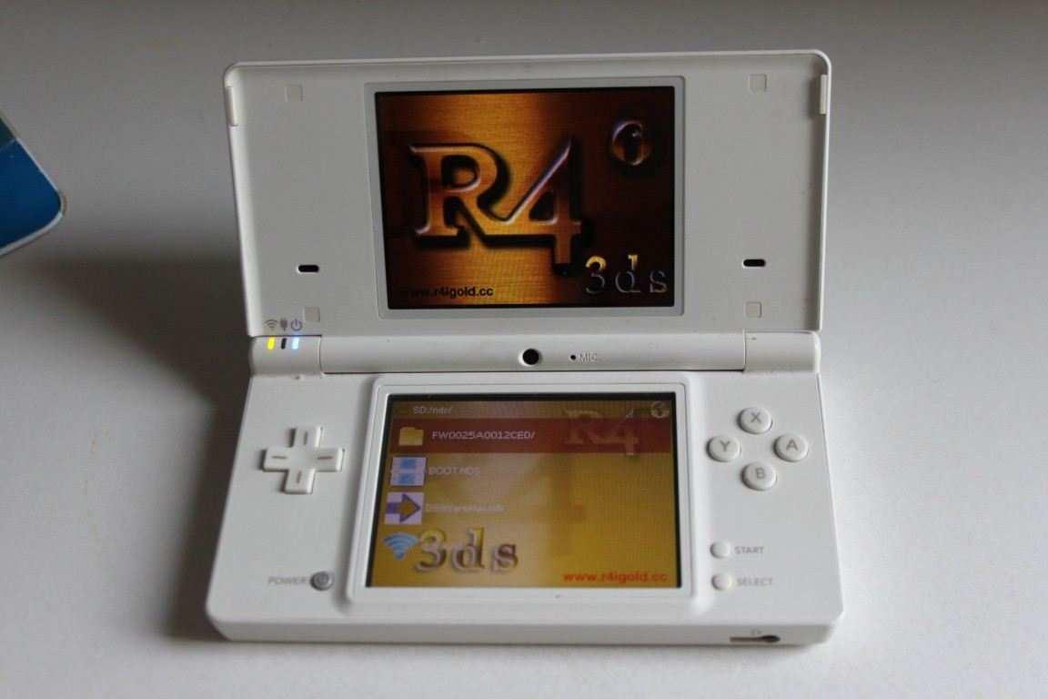 Nintendo DSi Bianco con scheda r4 e giochi