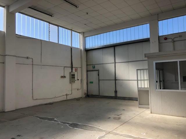 capannone con annessi ufficio/servizio