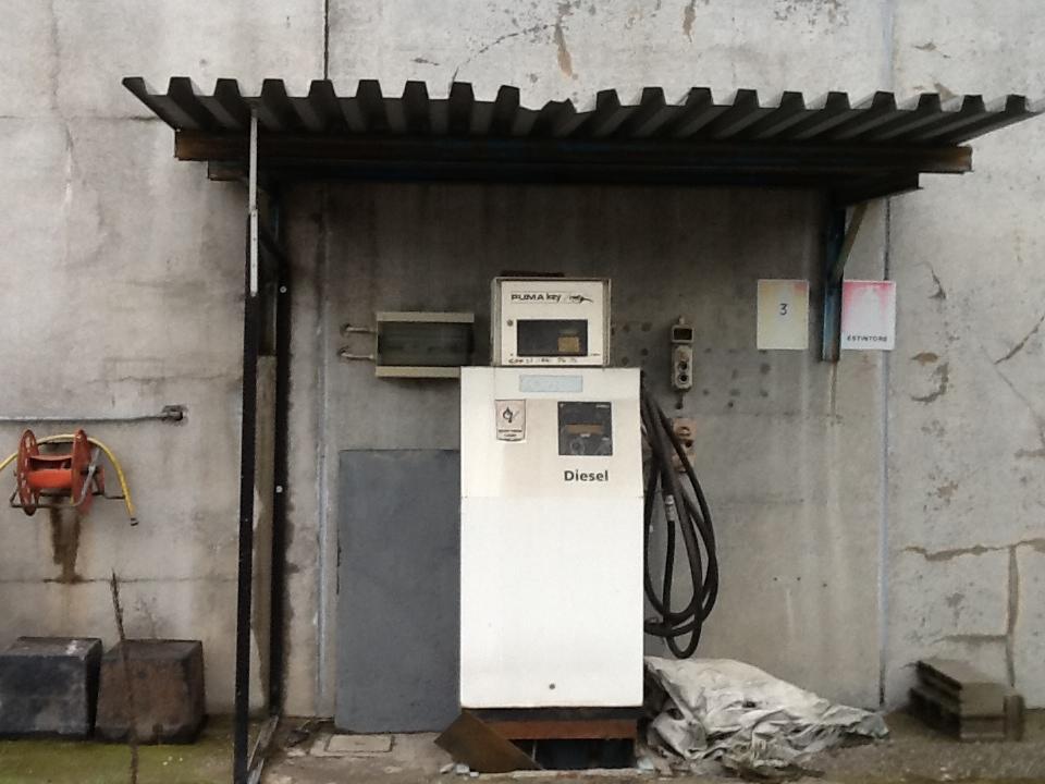 Colonnina di gasolio automatica completa.